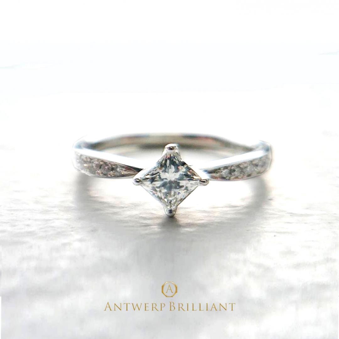 プリンセスカットのダイヤモンドを使ったダイヤモンドラインが美しいプラチナのエンゲージリングです。