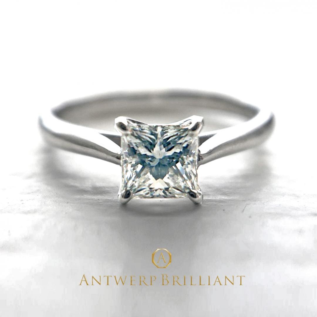 エンゲージリングをお探しなら、銀座BRIDGEにエクセレントカットのプリンセスダイヤモンドの高貴な輝きを身にきてください。