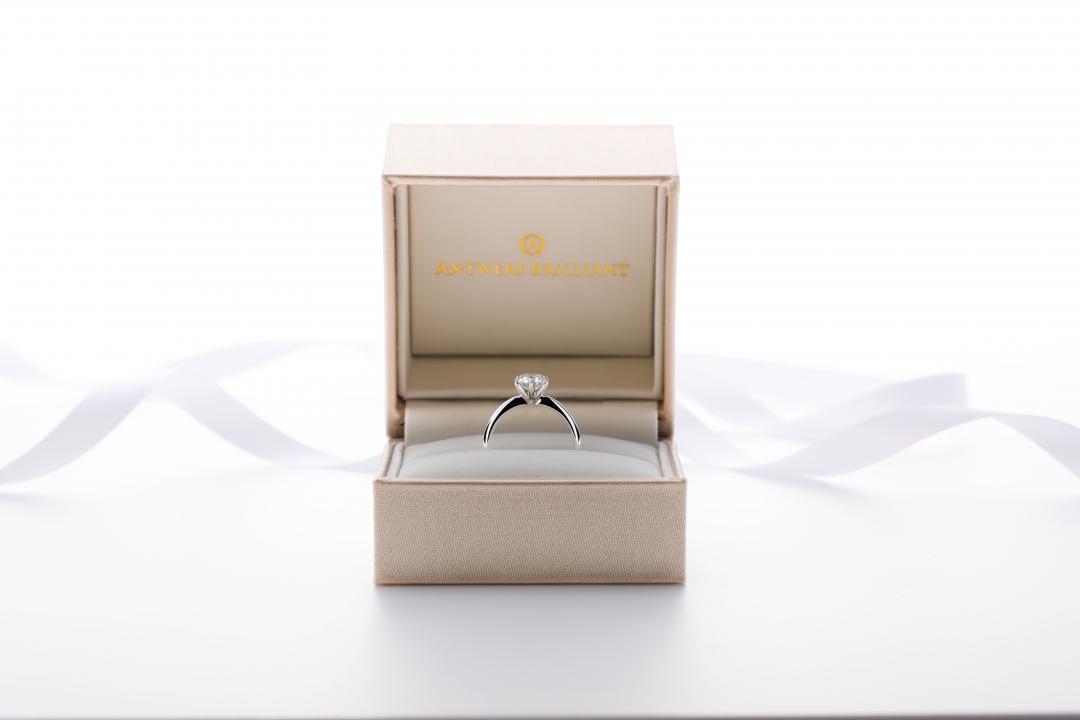 ダイヤモンドの指輪は女性憧れのプロポーズスタイル