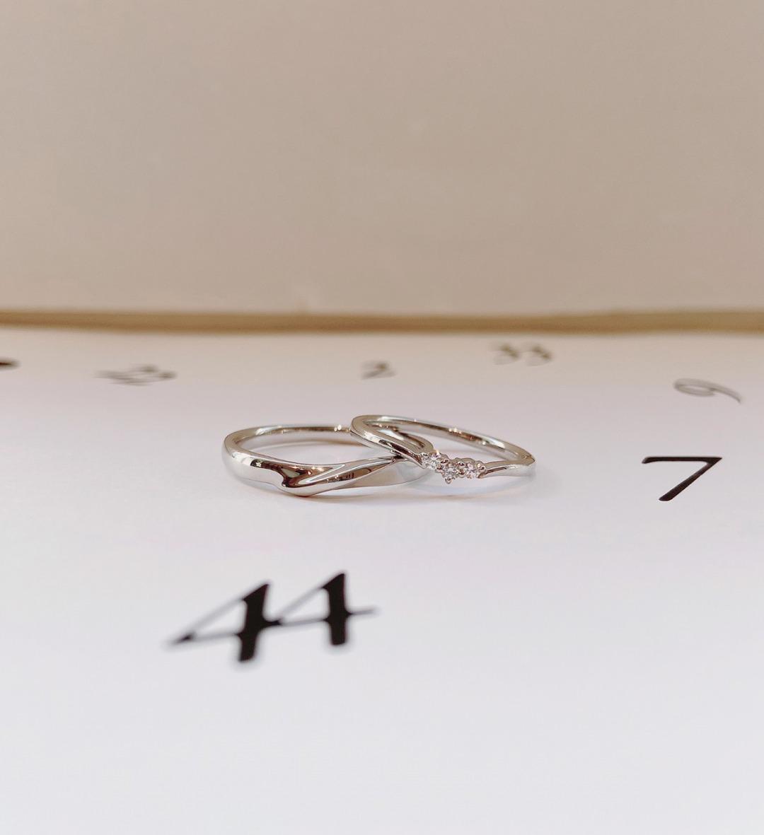 指が長く見えるVラインが特徴のシンプル結婚指輪ANGIE