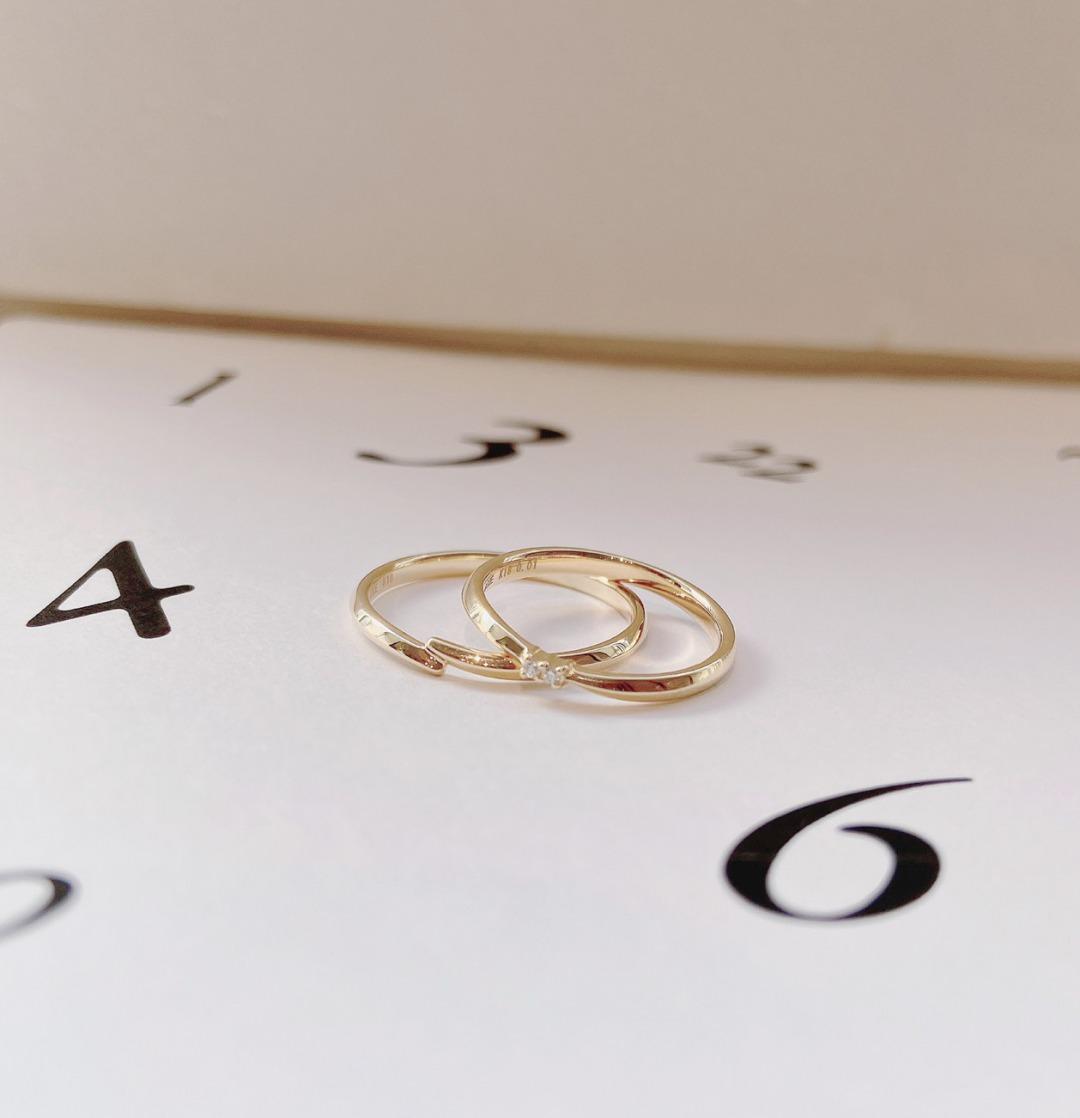 シンプルでさりげない個性のイエローゴールド結婚指輪ANGIE
