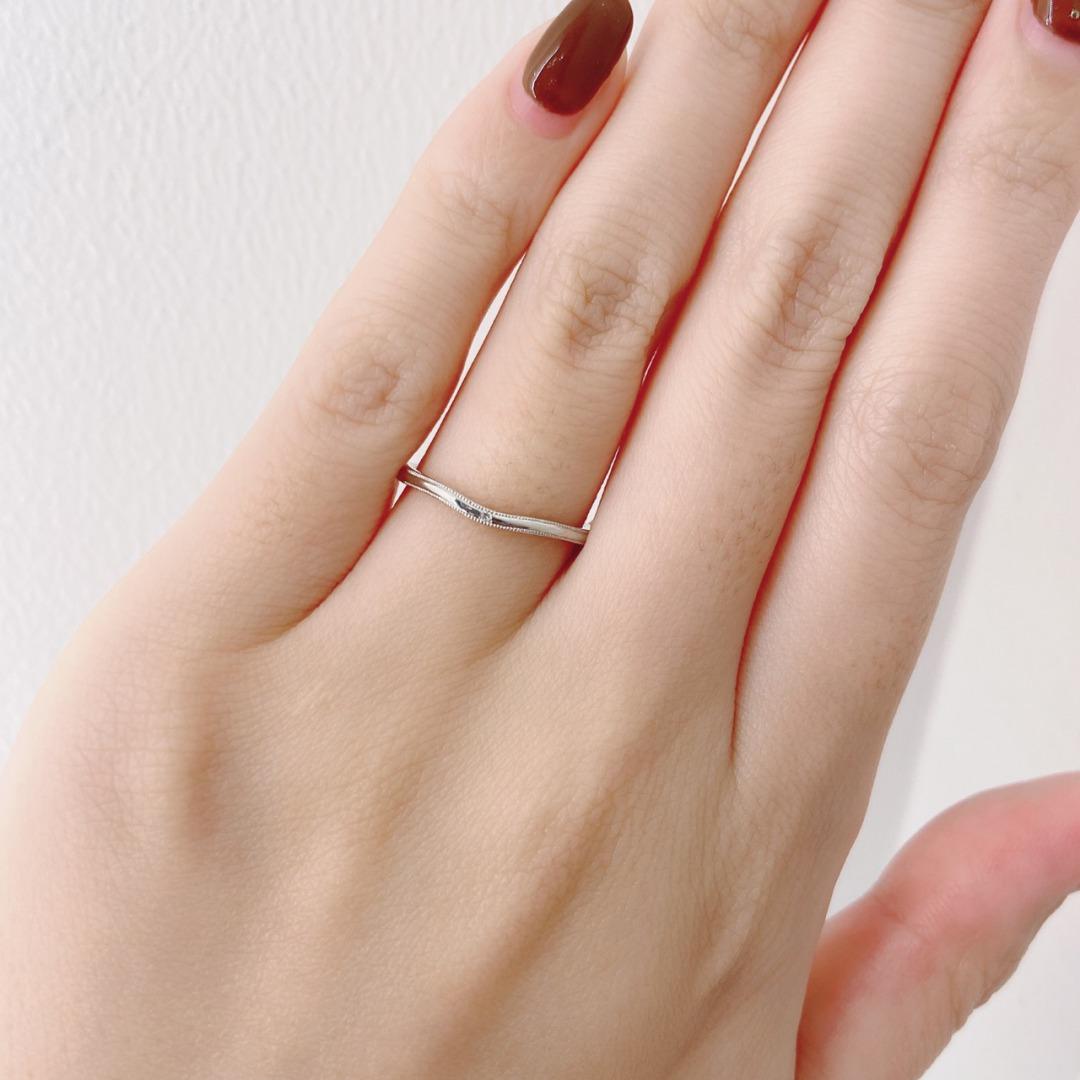 指を長く美しく魅せてくれる細身のVライン結婚指輪