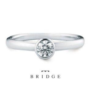 カップ型の台座が可愛いプラチナのシンプルな婚約指輪。