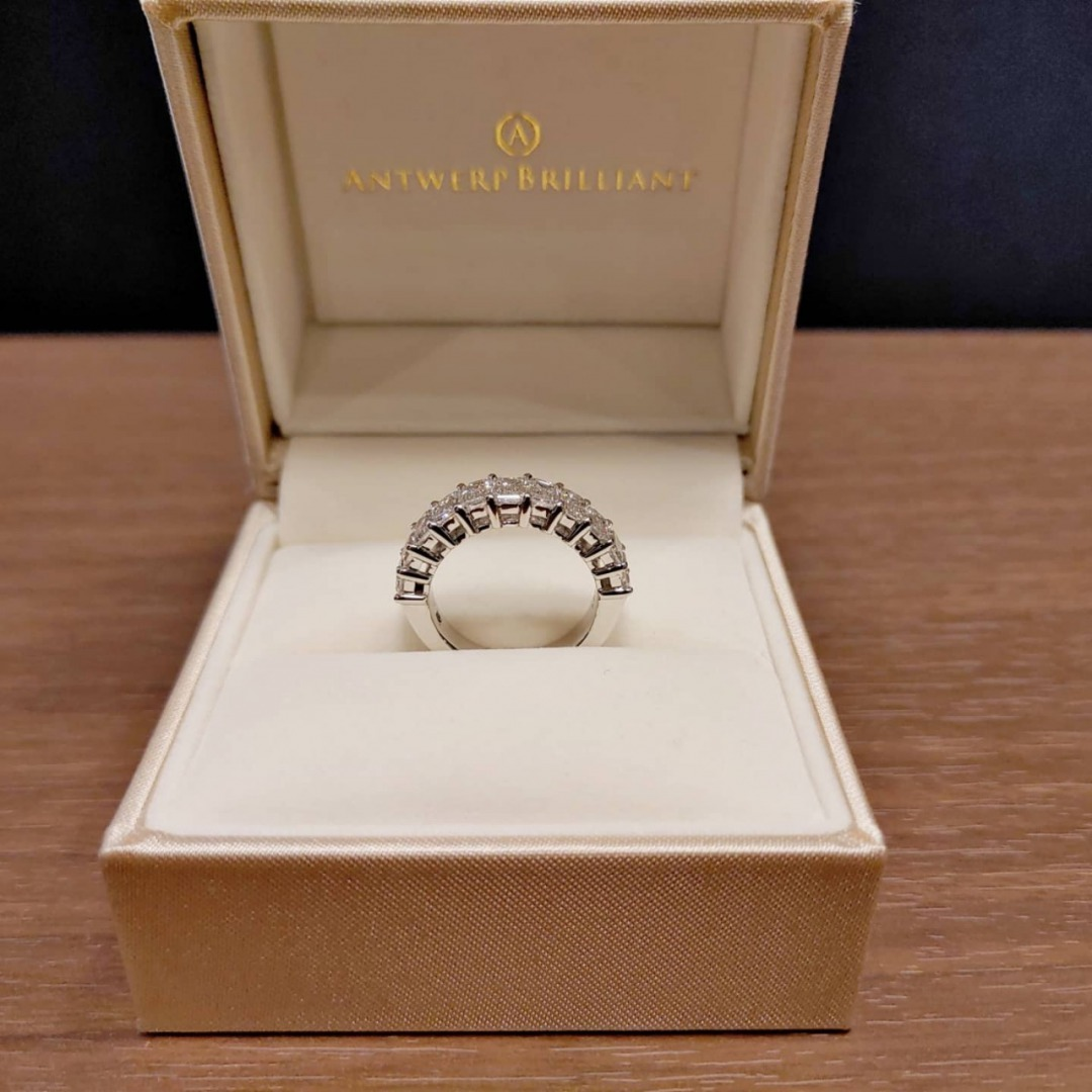 美しいエメラルドカットダイヤモンドを使用した特別オーダー品