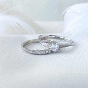 重ね付けが可愛い婚約指輪と結婚指輪のセットリングです。