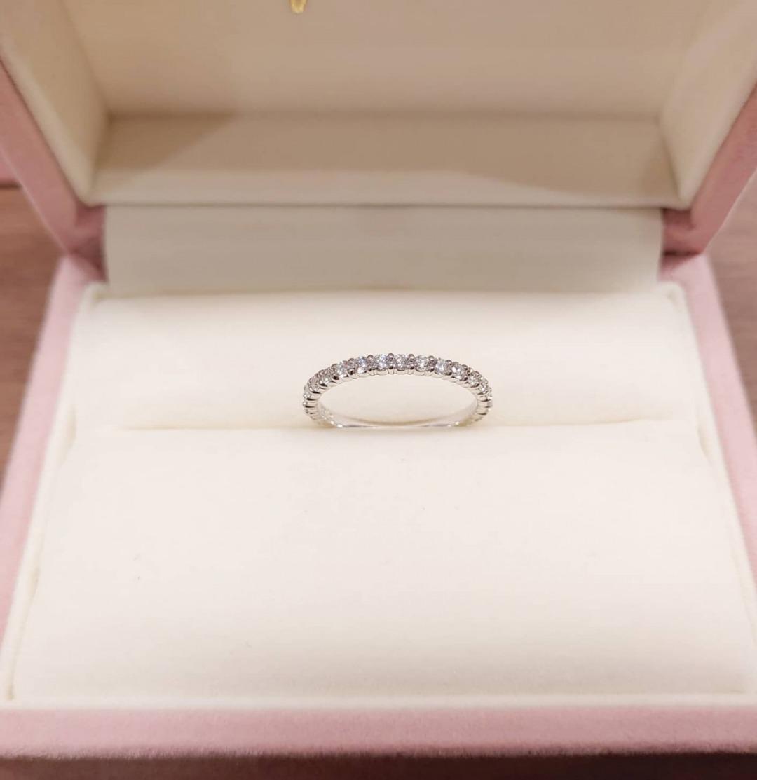 infinityloveで人気のシンプルなプラチナのフルエタニティリングの婚約指輪