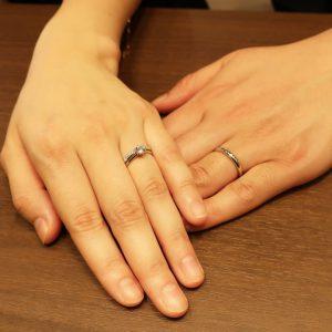 BRIDGE銀座で人気のシンプルプラチナソリテールの婚約指輪の一輪の薔薇をお選び頂きました