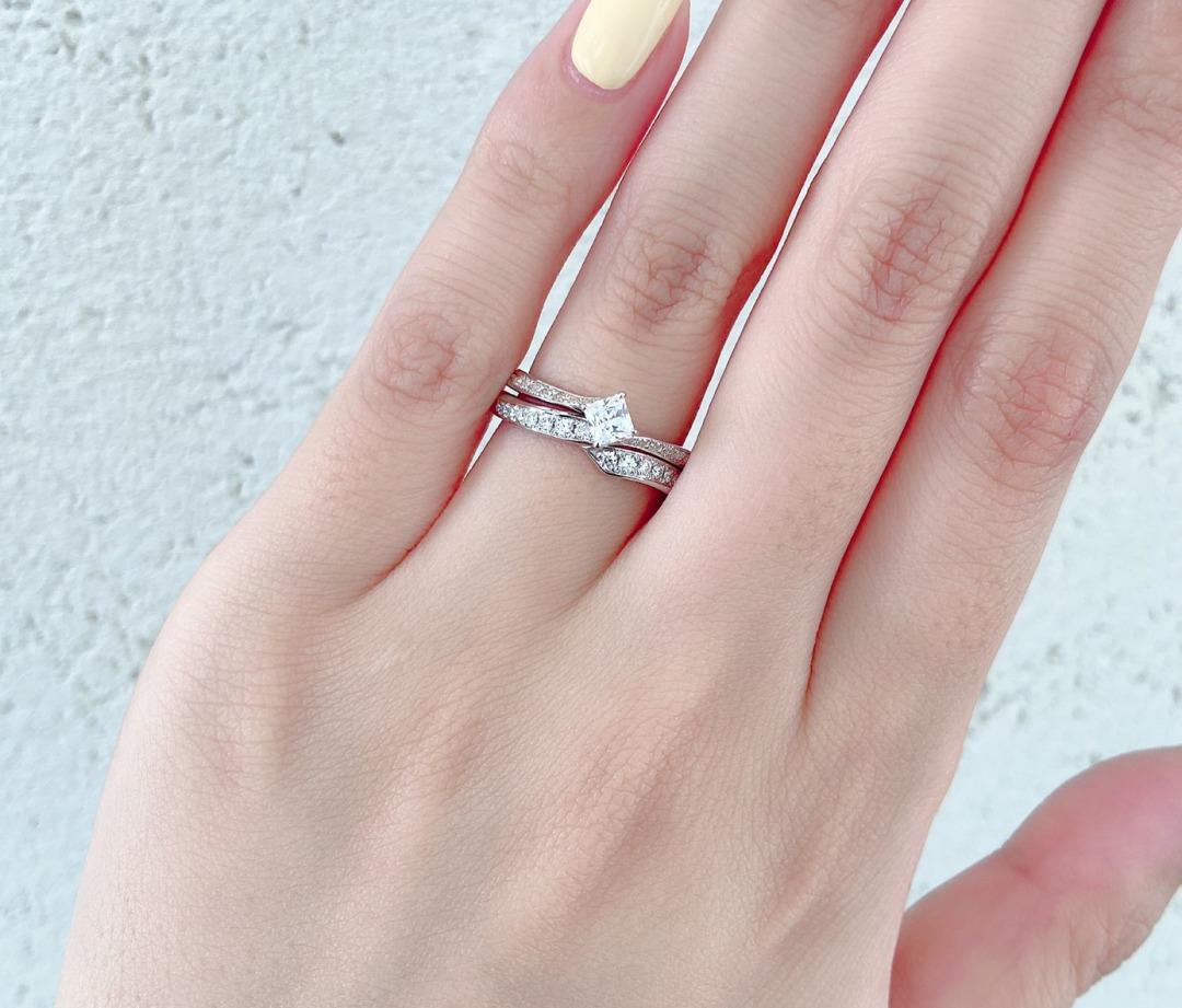 ピッタリした重ね付けのセットリングは、美しいダイヤモンドラインの結婚指輪とプリンセスカットダイヤモンドを使用した婚約指輪 AntwerpBrilliant Lightning