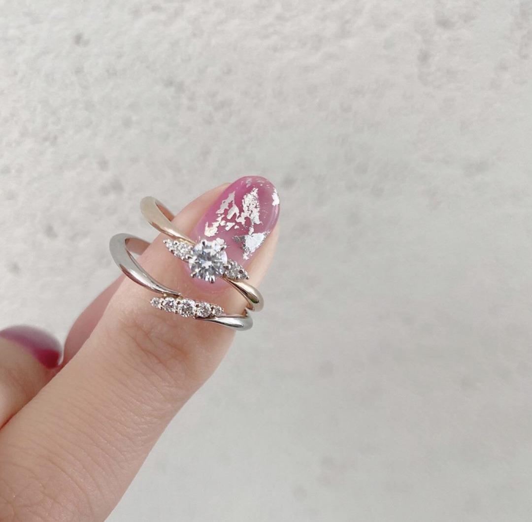 コンビリングにウェーブのダイヤモンドがさりげなくカワイイ結婚指輪と婚約指輪と結婚指輪のセットです。