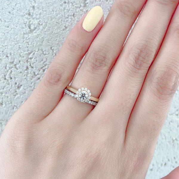 華やかなダイヤモンドヘイローのカワイイ婚約指輪と結婚指輪のセットリング