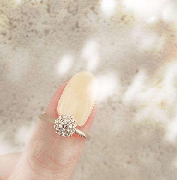 ヒマワリがモチーフのダイヤモンドヘイローのカワイイ婚約指輪