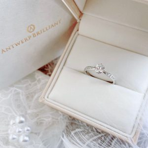 ダイヤモドラインが美しいプラチナストレートの婚約指輪シリウスは銀座で人気でプロポーズリグとしても人気