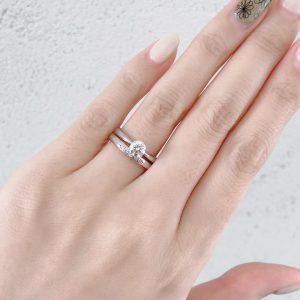 シンプルなソリテールリングとダイヤモンドが美しい