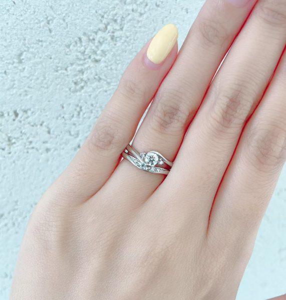 ピンクダイヤモンドをサイドセットに使用したかわいいエンゲージリングです。引っ掛かりのない覆輪止め、伏せ込みなので普段使いも完璧です