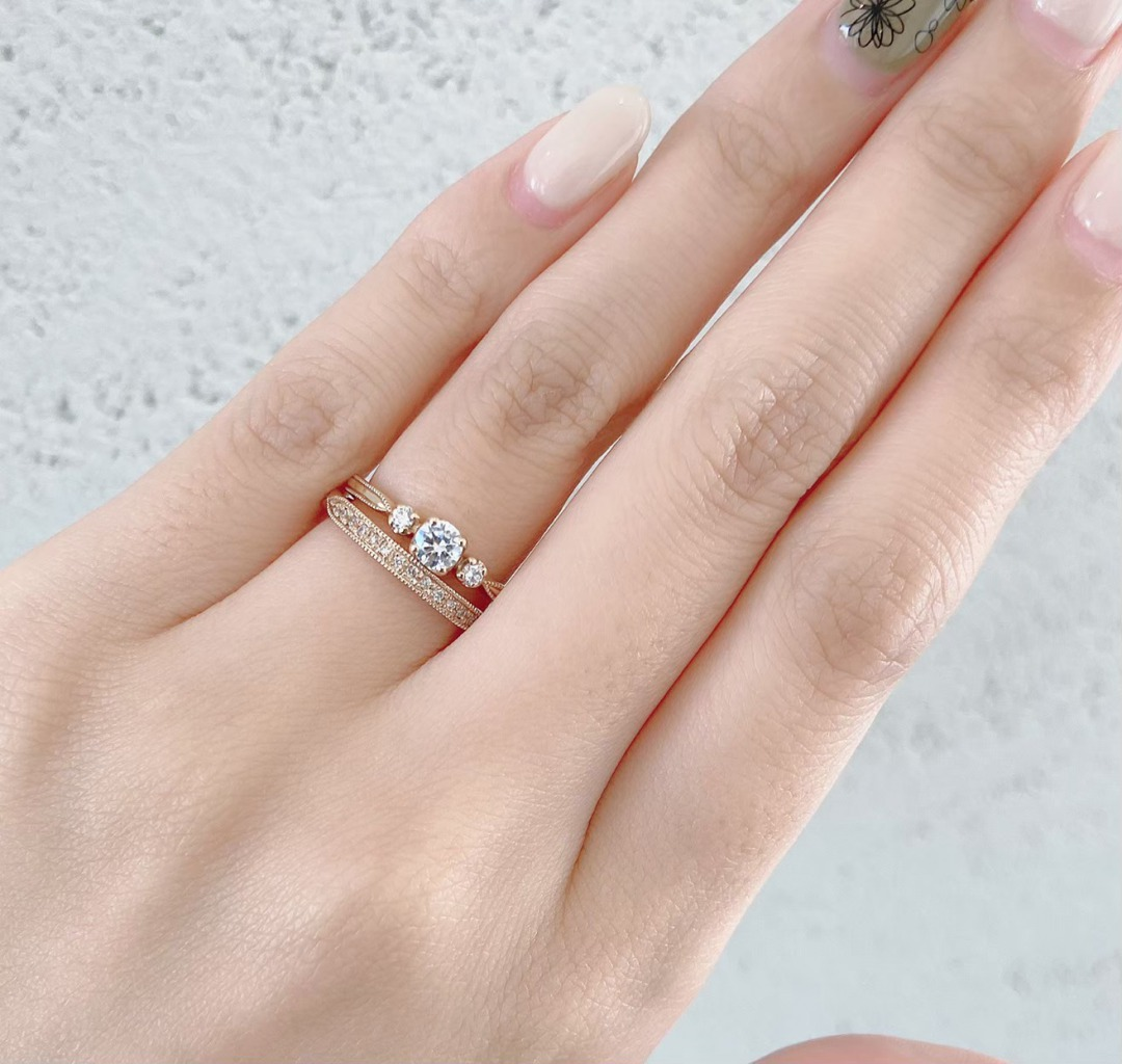 ピンクゴールドが人気の婚約指輪、花嫁に大人気のアンティーク技法のミルグレインをつかっています。