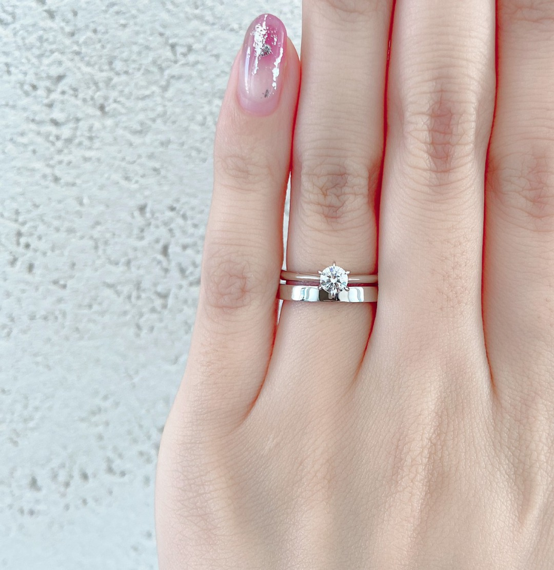 シンプルな幅広の結婚指輪にはシンプルストレートの婚約指輪がにあいます。