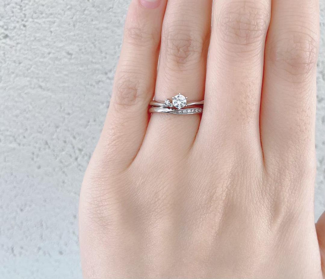 銀座で人気のⅤのデザインが可愛い婚約指輪と結婚指輪