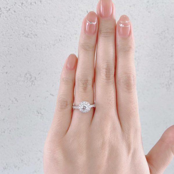 ダイヤモンドヘイローの婚約指輪を着けて華やかさアップ