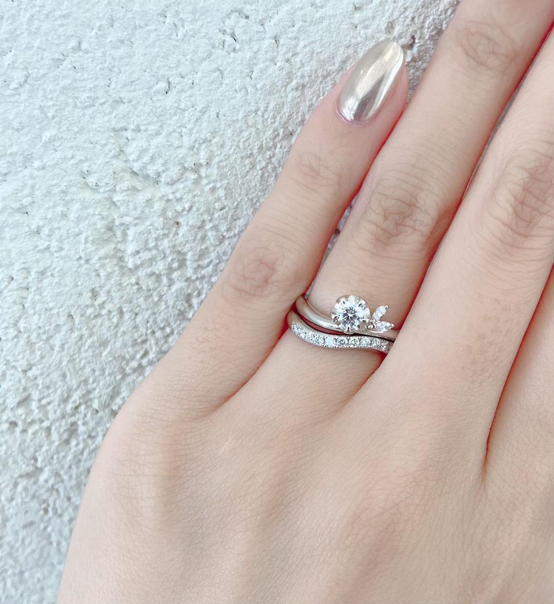 銀座で人気のウェーブラインが美しいお花がモチーフの婚約指輪と結婚指輪