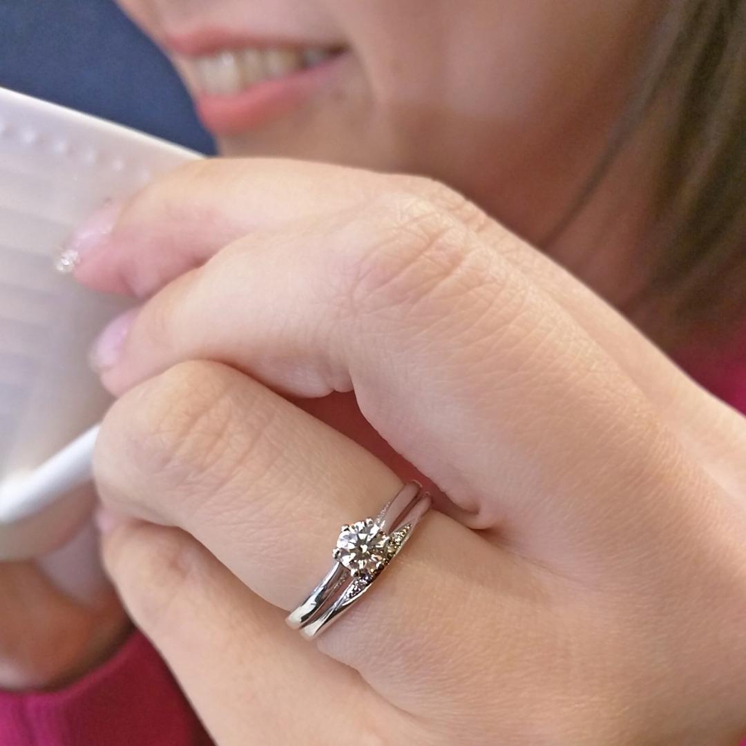 ウェーブラインが可愛い存在感のあるダイヤモンドエンゲージ