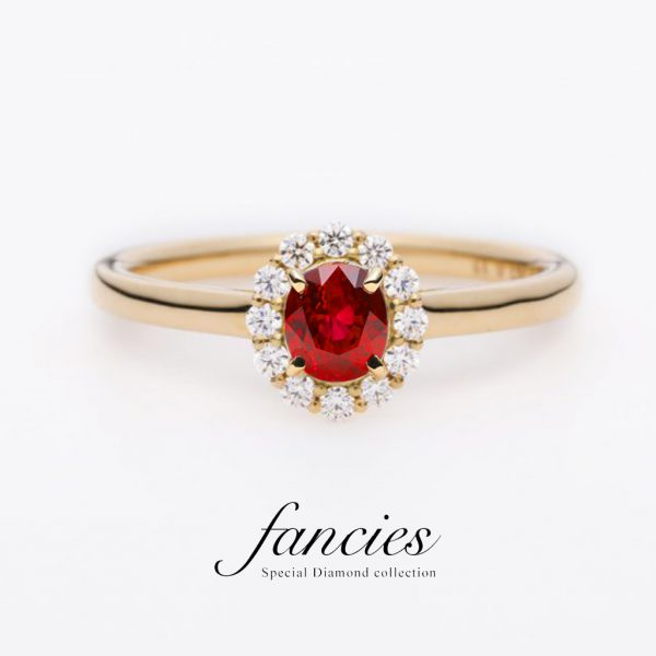 ルビーをダイヤモンドヘイローにセッティングした美しい婚約指輪