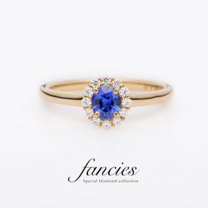 fanciesで人気の美しいロイヤルブルーのサファイアを使用したヘイローデザインの婚約指輪です。