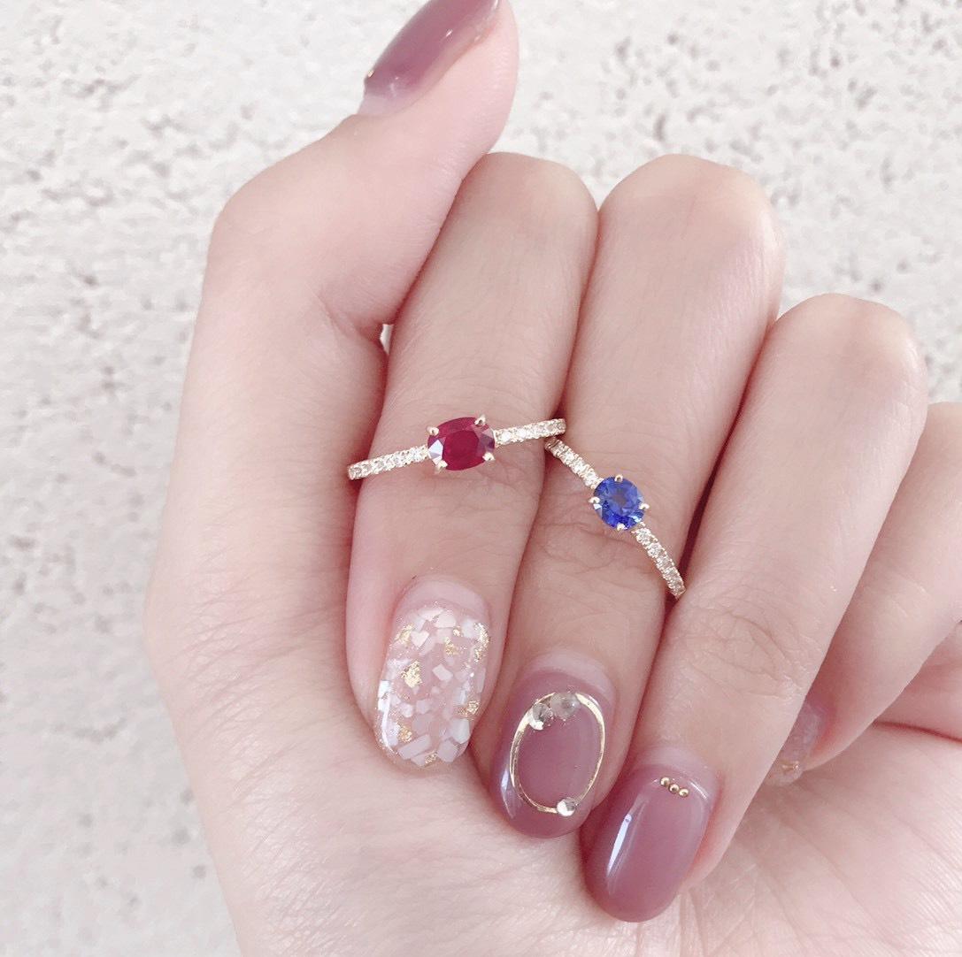 可愛いブルーサファイヤとルビーの婚約指輪が人気です