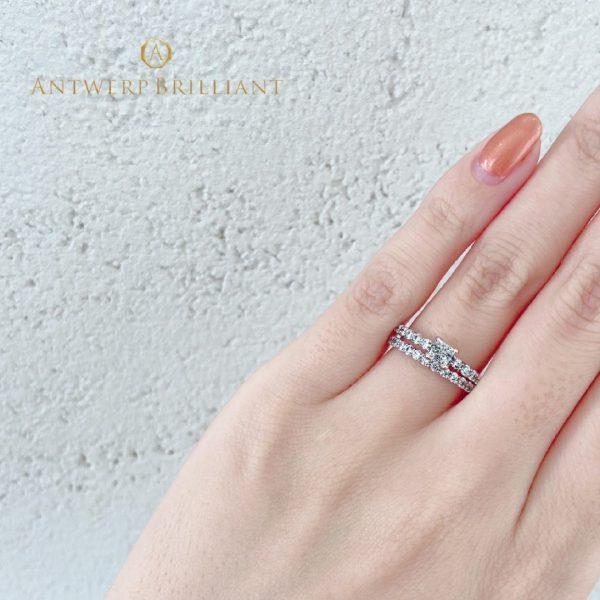 最高の輝きを放つトリプルエクセレントのプリンセスカットをセッティングした美しい婚約指輪、結婚指輪
