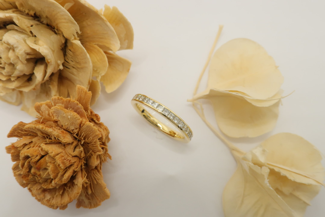 おしゃれでかわいいプリンセスカットのハーフエタニティー婚約指輪StarRay
