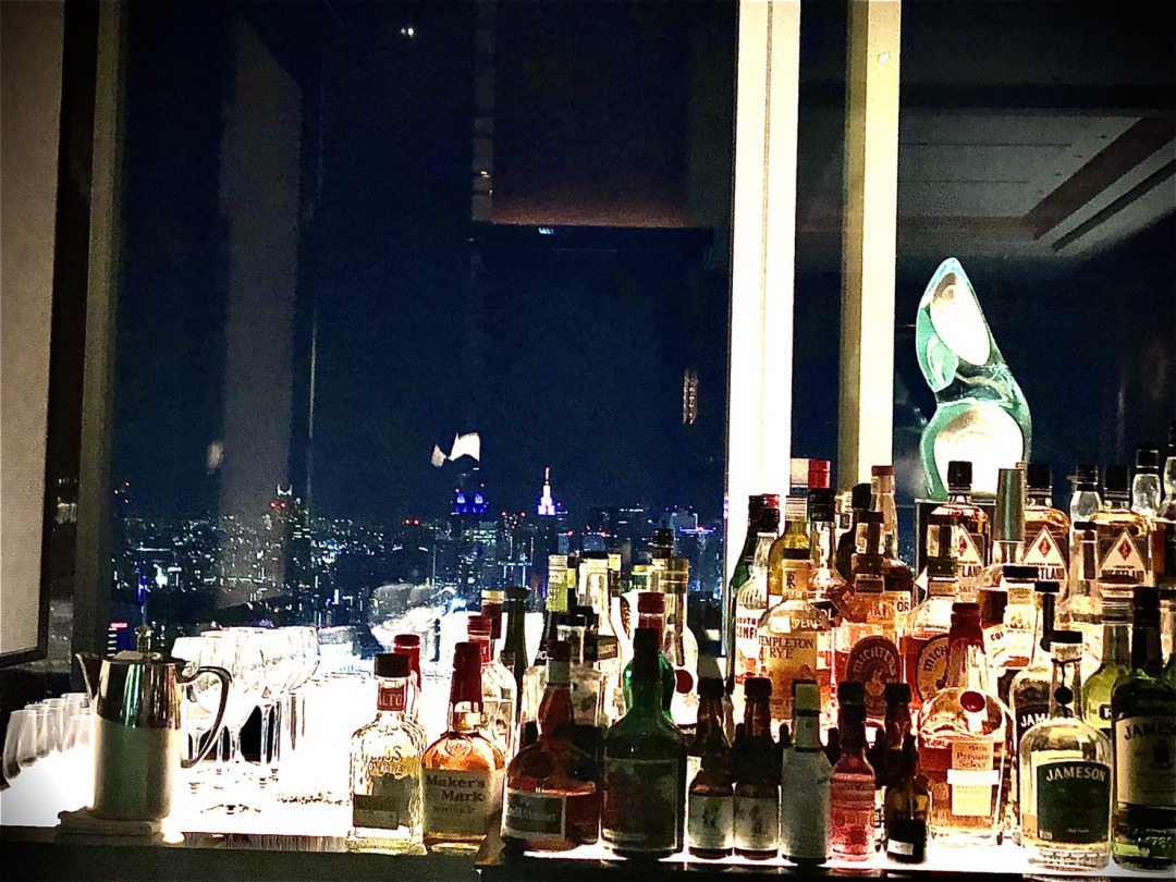 BRIDGE銀座で選ぶ婚約指輪でサプライズプロポーズ。プロポーズにオススメのスポットはリッツカールトン東京のザ・バー 夜景が楽しめる特別空間