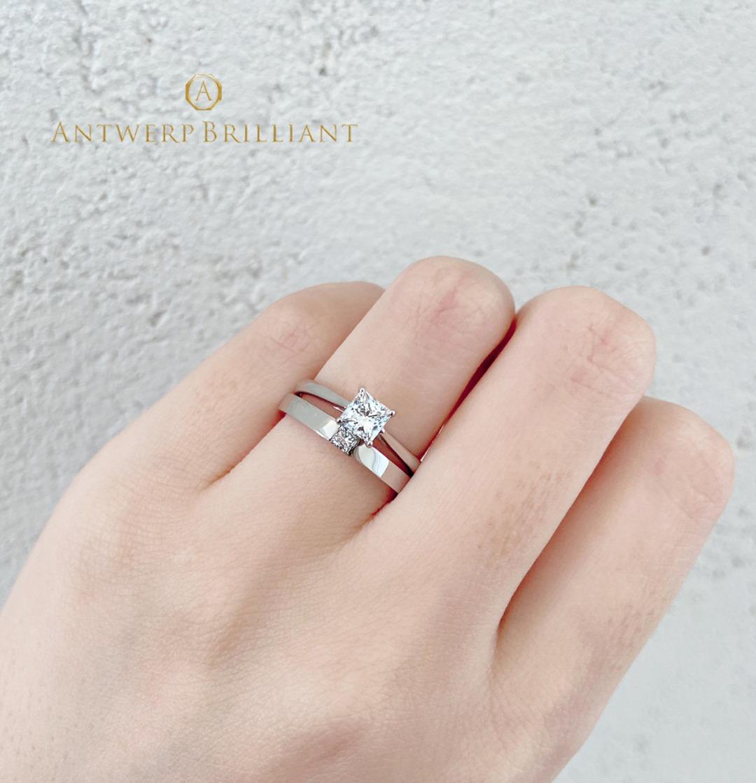 シンプルなプリンセスカットの結婚指輪は、重ね付けも可愛い