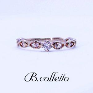 シックで「大人カワイイ」デザインリング。4つ爪で止められたセンターのダイヤのほかにサイドに2石ずつさりげなく輝くダイヤモンドがセッティング