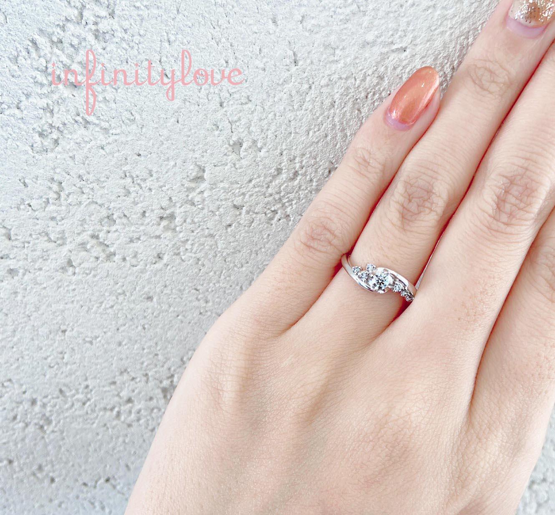 銀座で人気の婚約指輪BEAUTYは、華やかなダイヤモンドセッティングが特徴です。