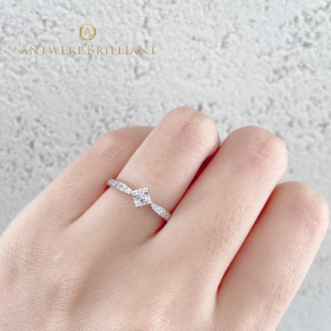 プリンセスカットのダイヤモンドを使用したシンプルな婚約指輪です。