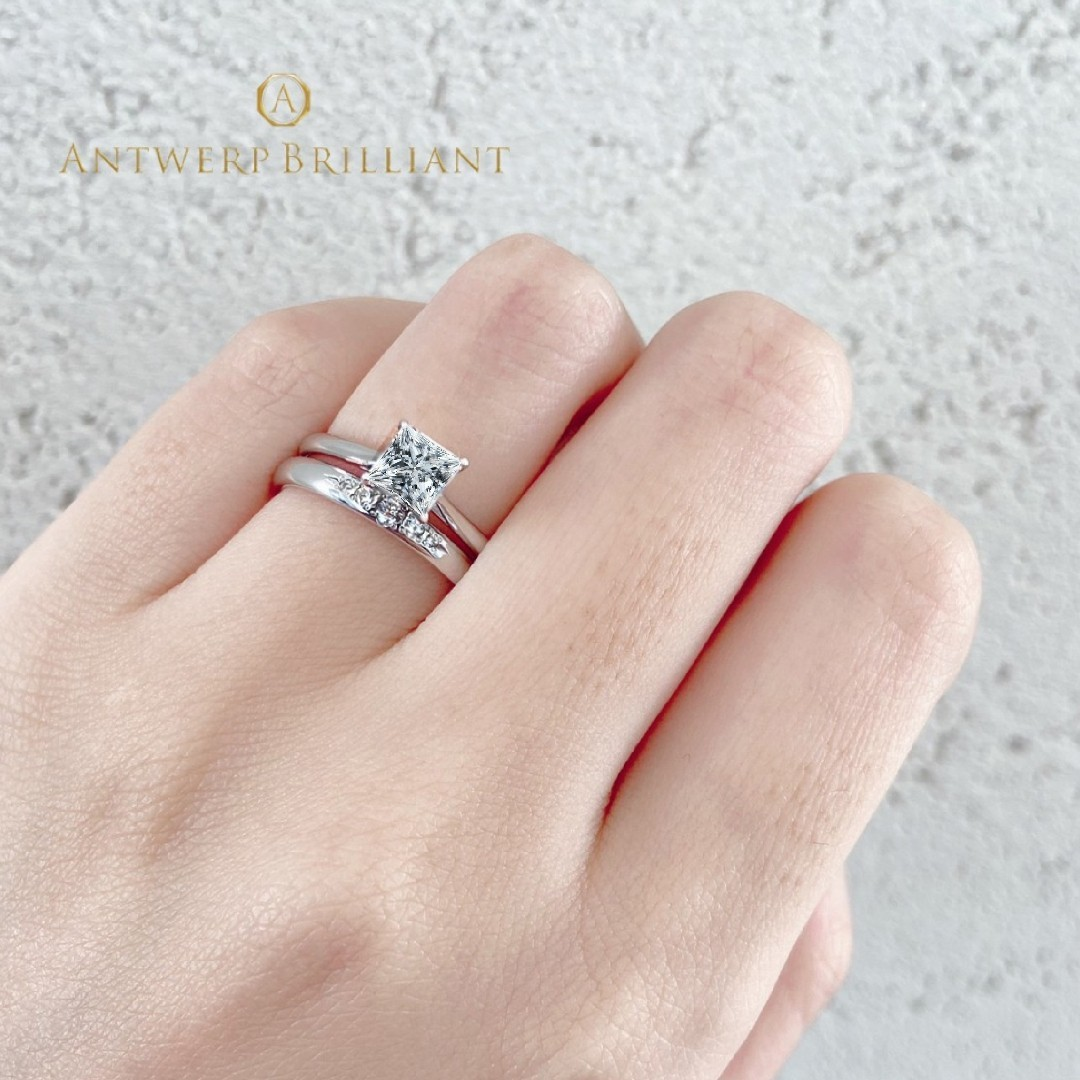 美しいプリンセスカットの婚約指輪はシンプルに重ね付けが素敵