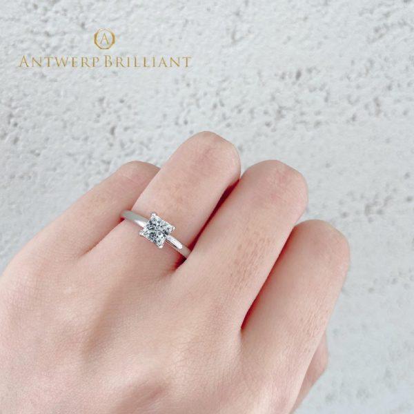 美しいプリンセスカットのシンプルでオシャレな婚約指輪