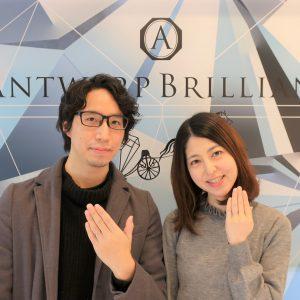 シンプルで可愛い結婚指輪を着けての完成記念写真です。