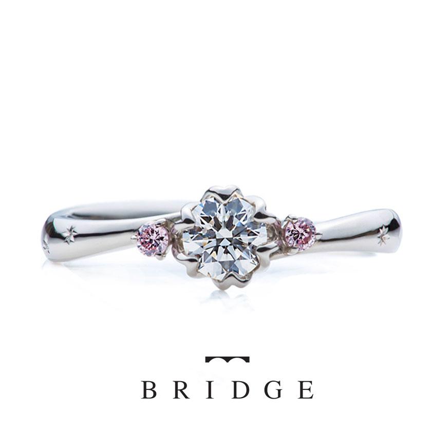 お花モチーフの可愛い婚約指輪は、サイドメレがピンクダイヤモンドアレンジ