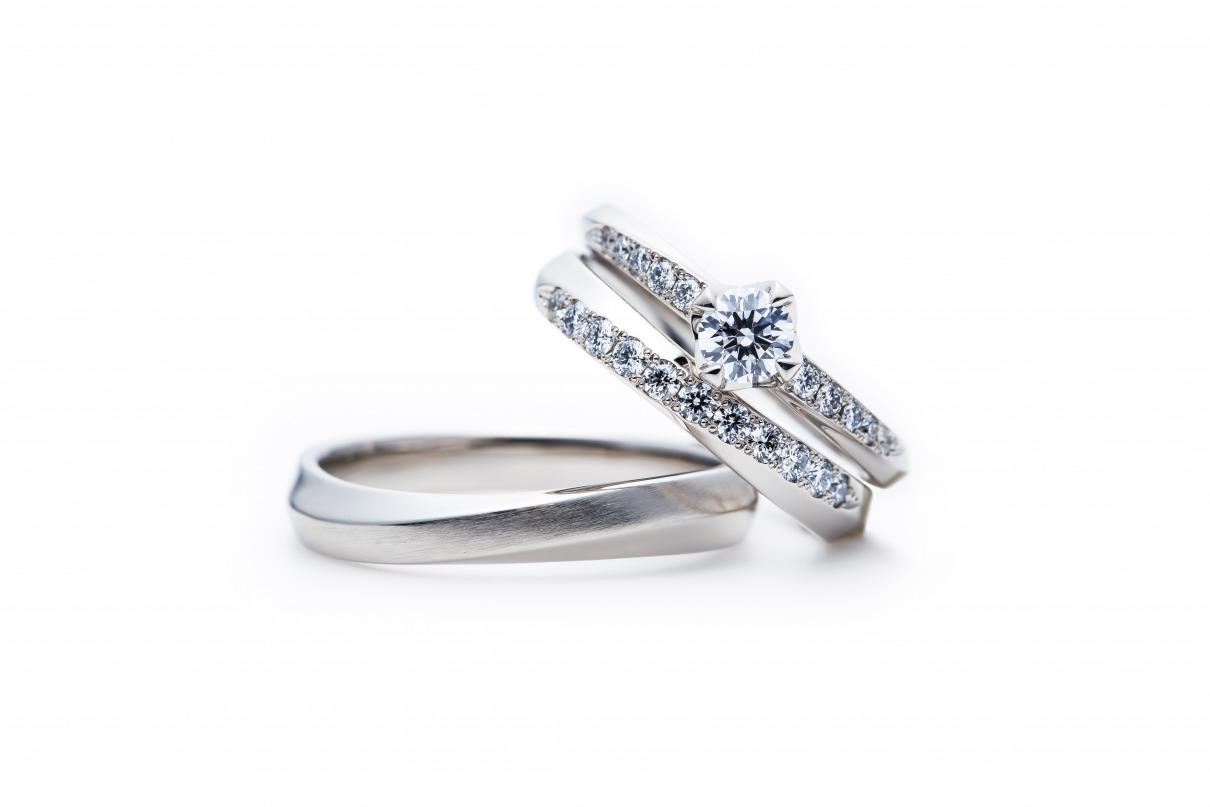 ダイヤモンドのエンゲージとマリッジが美しく重なるセットリング結婚指輪と婚約重ねつけ