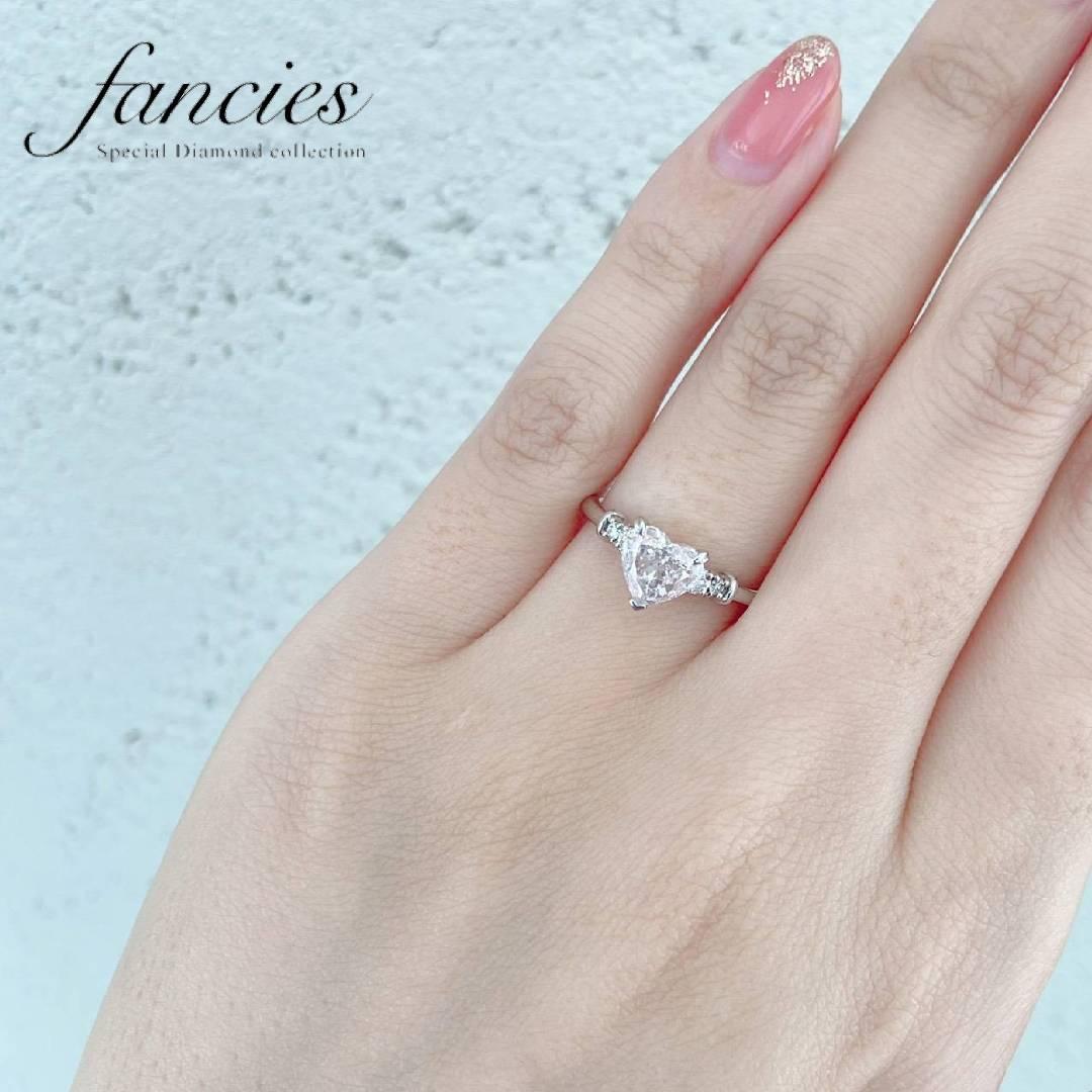 1ctのハートシェイプ天然ピンクだヤモンドを使用した婚約指輪です。