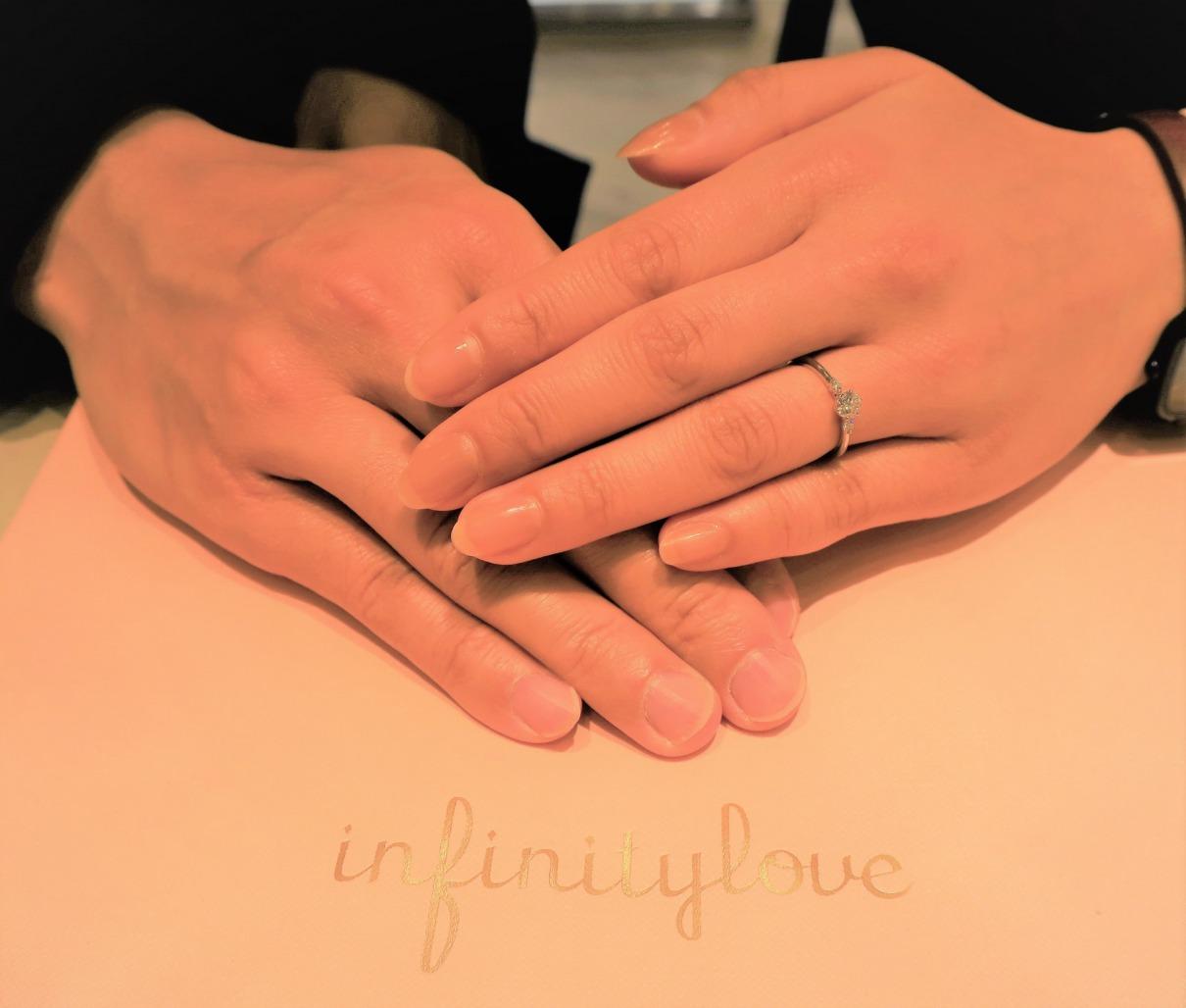 Jasmineの婚約指輪 ダイヤモンドのバックグラウンドに惹かれました
