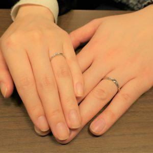 一目ぼれで決めた結婚指輪は、スタイリッシュなデザイン