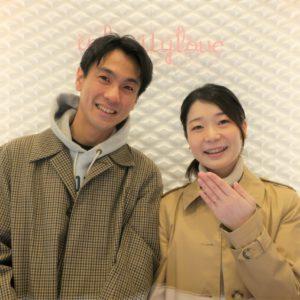 華奢で可愛い婚約指輪を購入したお客様の記念写真です