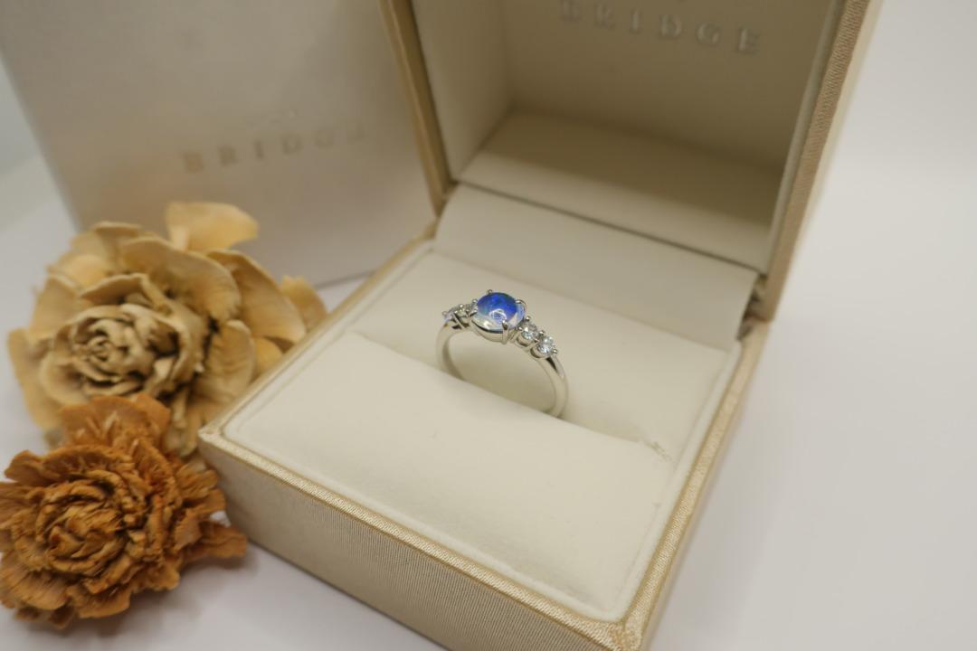 うつくしいウォーターオパールを使用した特別仕様の婚約指輪はオシャレでかわいい。