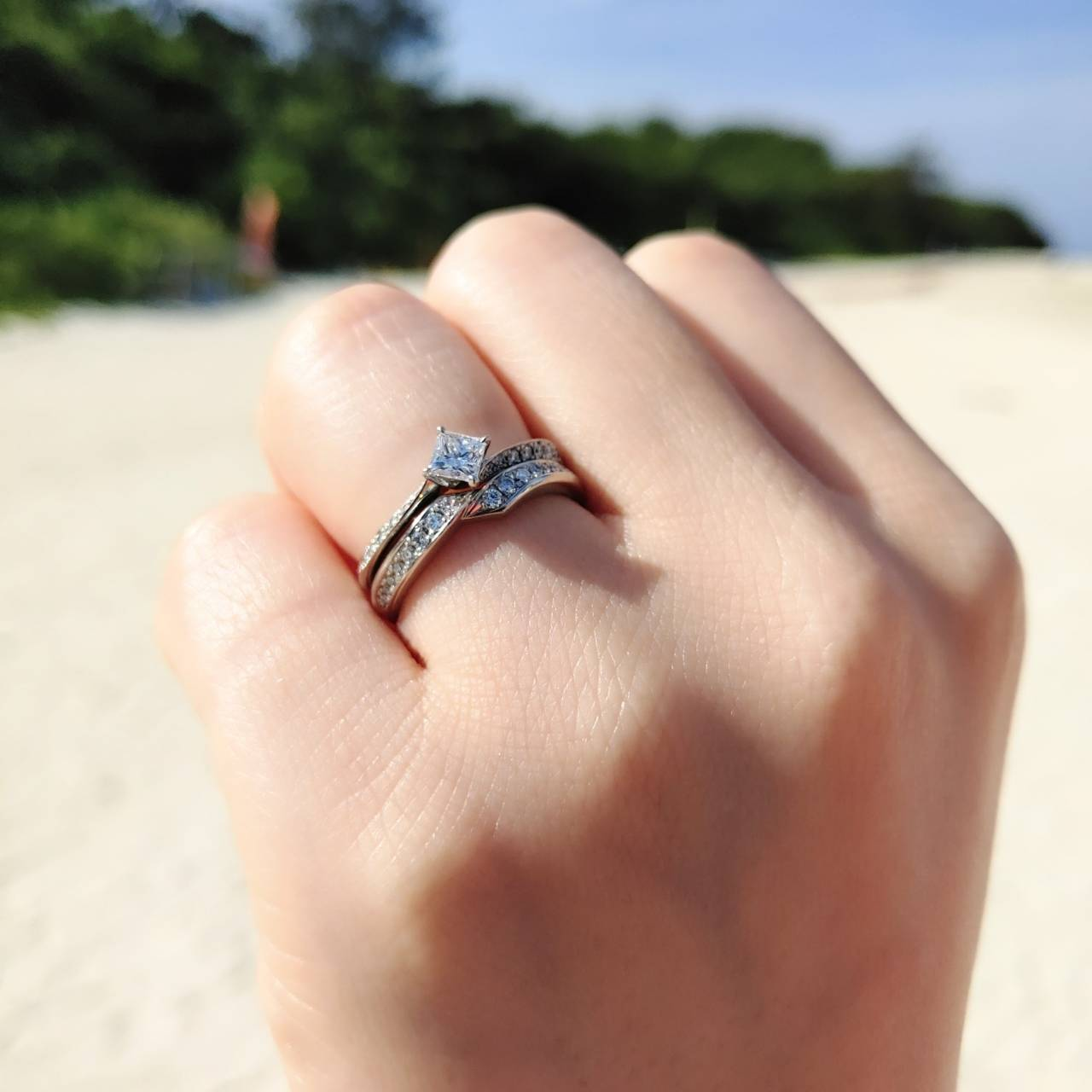 沖縄の浜島で撮影した婚約指輪と結婚指輪の重ね付け