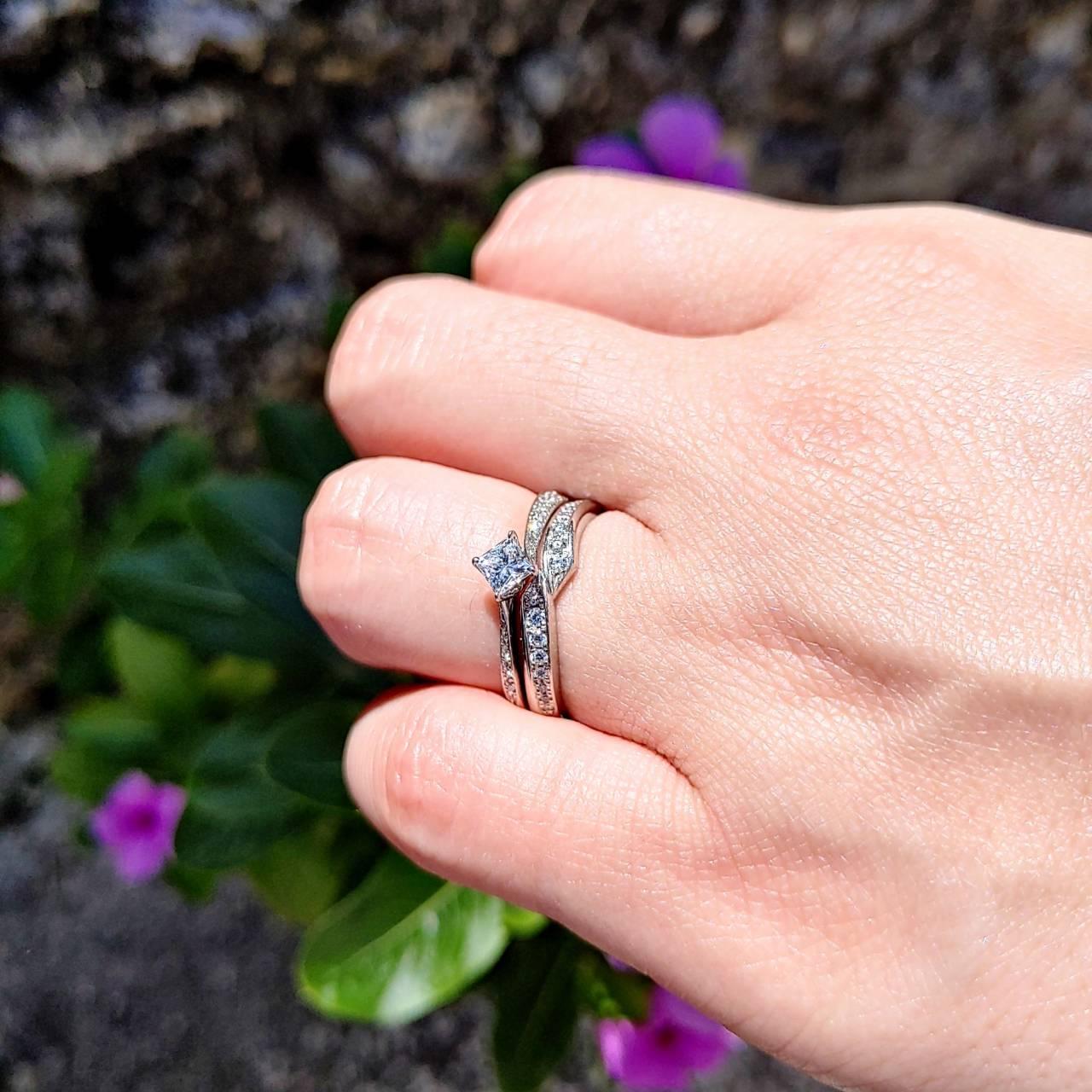 沖縄の竹富島で撮影した婚約指輪と結婚指輪の重ね付け