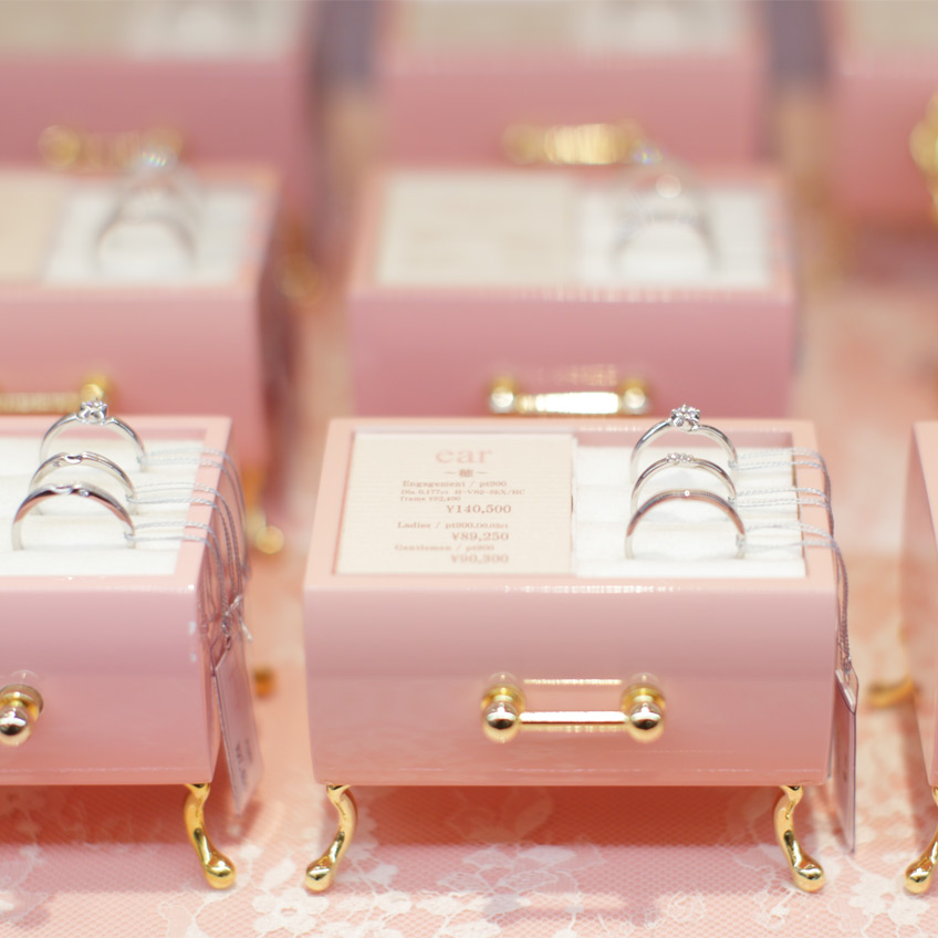 婚約指輪の種類は70種類以上あります。