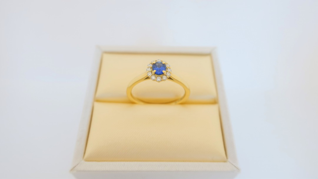 ロイヤルブルーのサファイを使用したかわいい婚約指輪