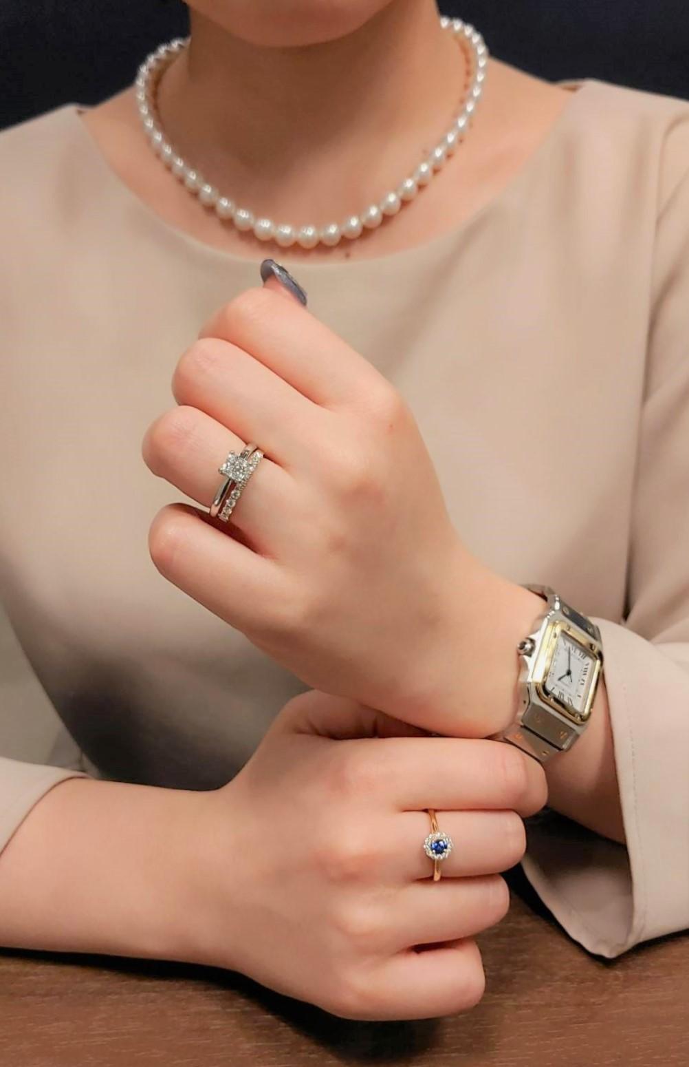 左薬指はプリンセスカットの婚約指輪、右手中指はブルーサファイアリング